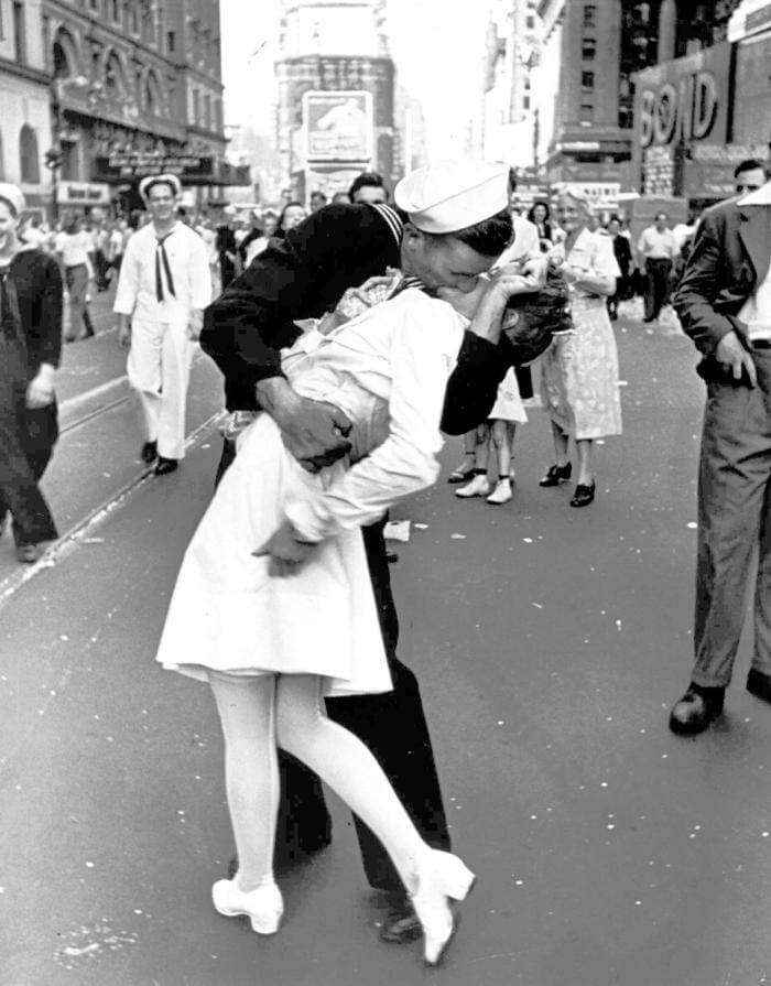 Alfred Eisenstaedt of Life Magazine's kissing photo